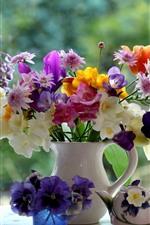 カラフルな花、花瓶、窓