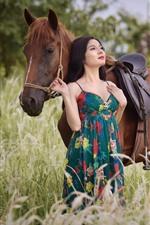 Menina asiática e cavalo marrom, saia, grama, verão