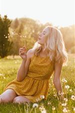 Menina loira brincando de dente de leão, prado, verão, sol