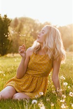 iPhone壁紙のプレビュー ブロンドの女の子はタンポポ、牧草地、夏、太陽の光を再生します