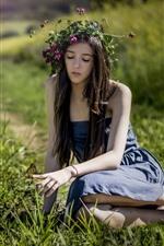 Garota de cabelo comprido, grinalda, saia, borboleta, grama, verão