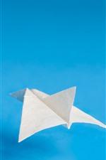 Avião de papel, fundo azul