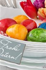 Ovos de Páscoa coloridos, pratos, tulipas, xícaras