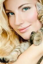 スマイルブロンドの女の子と子猫