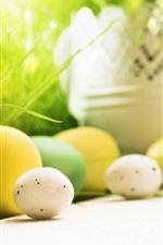 Ovos de Páscoa amarelos, brancos, verdes, nebulosa