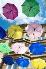 预览iPhone壁纸 一些五颜六色的雨伞,房子,城市