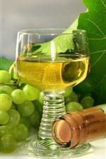 Uvas verdes, vinho, copo de vidro, garrafa, folhas verdes