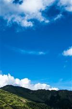 Montanhas, céu azul, nuvens brancas, paisagem da natureza