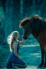 iPhone壁紙のプレビュー ブロンドの女の子と茶色の馬、道路