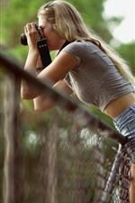 Menina loira usar câmera, fotografia, cerca