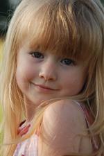 iPhone обои Улыбка маленькая блондинка девушка, взгляд, лето