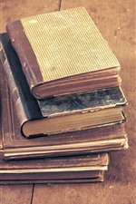 Alguns livros antigos, placa de madeira