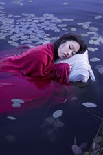 Menina asiática dormir na água do lago, cobertor vermelho