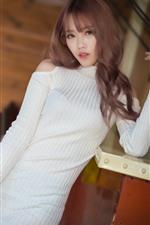 Menina asiática, suéter branco, pose
