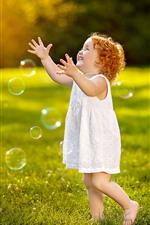 Criança bonito, menina, jogar bolhas, grama