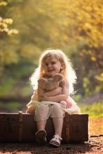 Menina bonitinha, sorriso, criança, mala, urso de pelúcia, outono