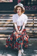 Menina senta-se no banco, chapéu, saia, sol, verão