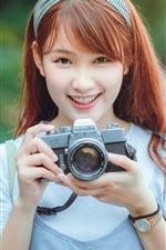 Feliz menina asiática, use a câmera