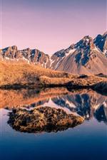 iPhone обои Исландия, горы, трава, снег, озеро, отражение воды