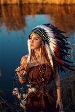 iPhone обои Индийская девушка, перья, озеро, трава, тростник