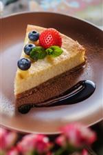 Один кусочек торт, чизкейк, клубника, черника, шоколад