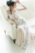 Noiva, menina asiática bonita, saia branca, sofá