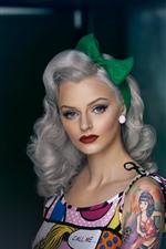 Menina de cabelo encaracolado, tatuagem, maquiagem