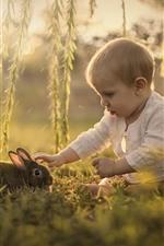 Cute criança e coelho, bebê, salgueiro, grama