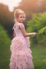 Menina bonitinha, saia rosa, folhas verdes