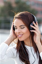 Menina ouvir música, fone de ouvido, feliz, cabelo castanho