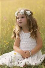 Adorável menina, flores, grama