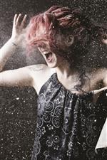Menina de cabelo vermelho, momento, respingo em pó