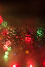 Капельки воды, стекло, красочные световые круги, туманные