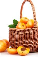 Желтые персики, фрукты, корзина, белый фон