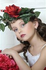 Menina de criança bonito, grinalda, cabelo encaracolado