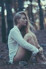 iPhone обои Длинные волосы девушка, сидеть на землю, блузку, лес