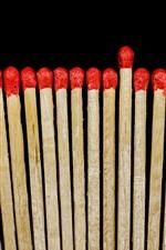 Fósforos vermelhos, fundo preto