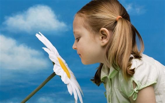 Обои Симпатичные девушки запах цветка