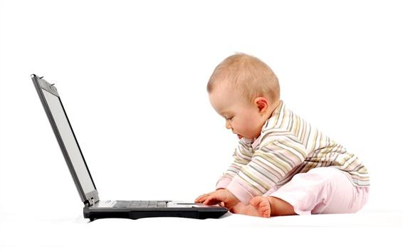 배경 화면 귀여운 아기가 노트북을 재생