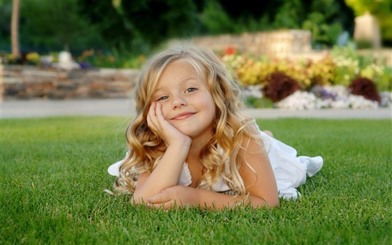 壁紙 草の上に小さな女の子