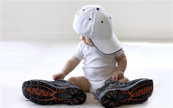 Fond d'écran Le port d'une paire de gros souliers mignons de bébé
