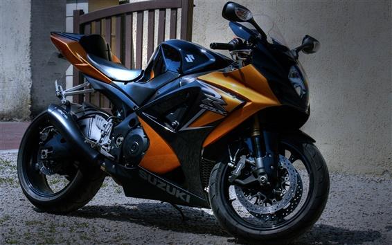 배경 화면 스즈키 오토바이가 집 밖에 주차