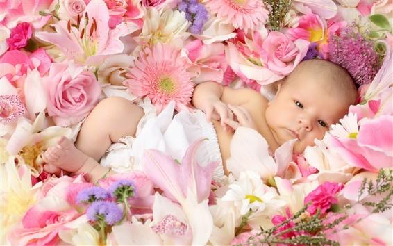 배경 화면 귀여운 아기가 꽃에 누워