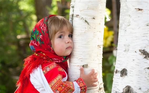 Обои Симпатичные маленькие обнять девушку дерева