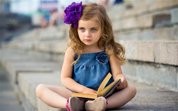 Обои Симпатичная девочка читает книгу