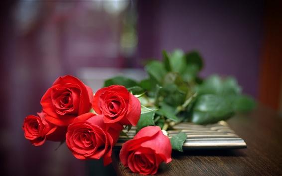 Fond d'écran Un cadeau d'amour, cinq roses rouges