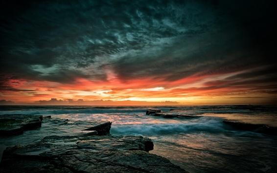 Fondos de pantalla Hermosa puesta de sol cielo mar, las piedras, las olas, el atardecer