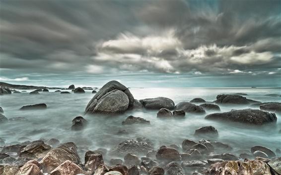 Обои Море камнями облака