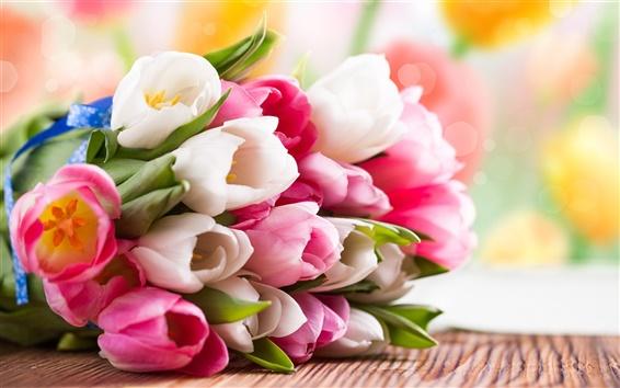 Обои Розовый и белый букет тюльпанов