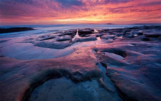 Fond d'écran Côte de la mer Coucher de soleil, ciel rouge, les roches